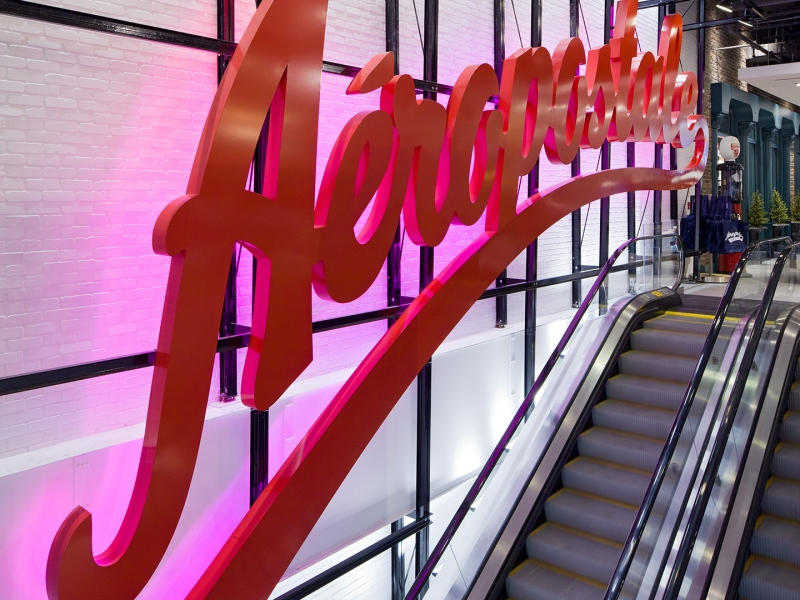 The script vintage style Aéropostale sign along the escalator to level 2 was inspired by the landmark Pepsi-Cola sign in Queen's facing Manhattan.