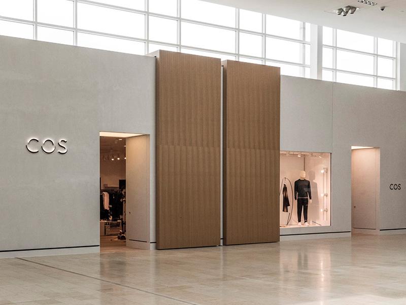 Chacune des portes en bois de la façade mesure 6 mètres de haut sur 2 mètres de large et pèse 385 kg.