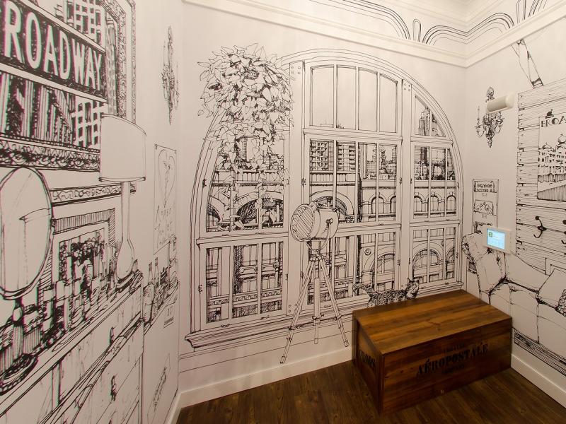 Chaque salle d'essayage présente une murale unique peinte à la main qui évoque le caractère d'un quartier de New York.