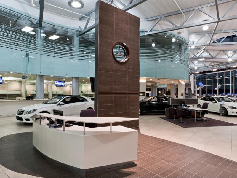 Le comptoir de service se situe à l'avant, au centre de la salle de présentation pour mettre en valeur l'interaction avec le clieny.