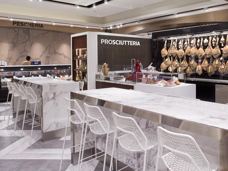La signalisation intérieure renvoie aux racines du marché d'alimentation Pusateri's. Les différents rayons portent leur nom traditionnel en italien.