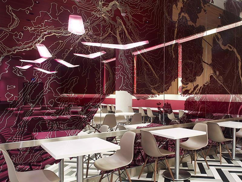 Le miroir en verre gravé rose qui orne le mur de la salle à manger représente la carte topographique d'Ottawa.
