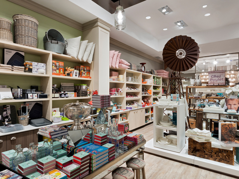 Afin d'assurer le roulement de la marchandise, tous les articles en magasin, y compris les luminaires et les tables de démonstration, sont à vendre.