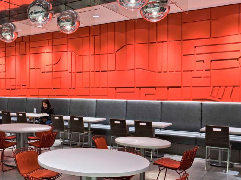 La murale rouge en relief installée dans l'entrée et dans la zone de restauration représentent le plan de Toronto.