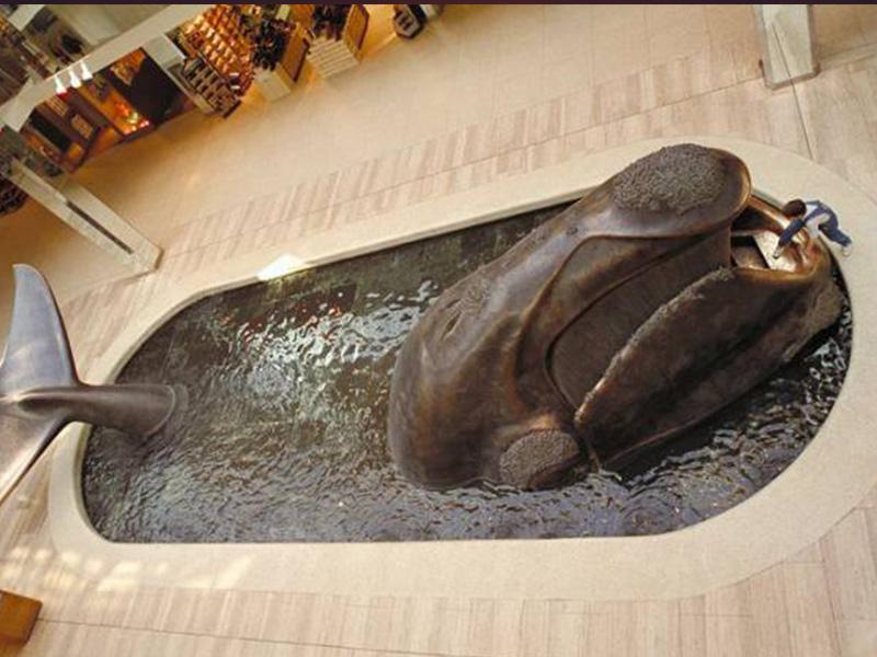 La célèbre réplique grandeur nature d'une baleine de l'ancien Whale Court (salle de la baleine) a été déplacée à la demande des nouveaux détaillants