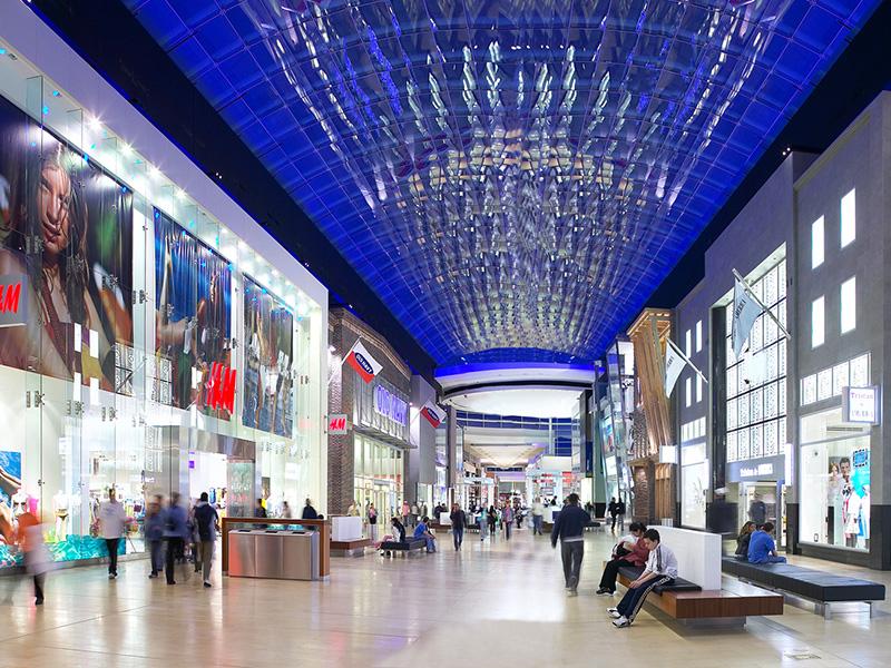 Le centre commercial Yorkdale a été le premier au Canada à présenter des vitrines sur deux étages.