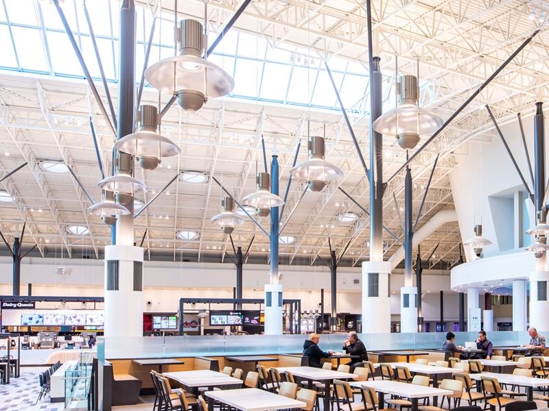 Les luminaires Louis Poulsen originaux ont été rénovés et équipés de D.E.L. pour être replacés dans la foire alimentaire.
